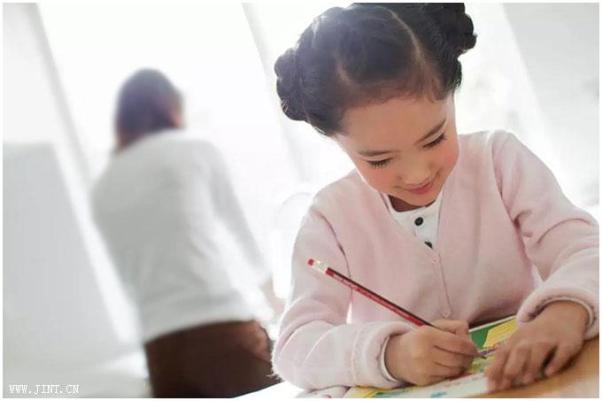 专心致志学习的小姑娘