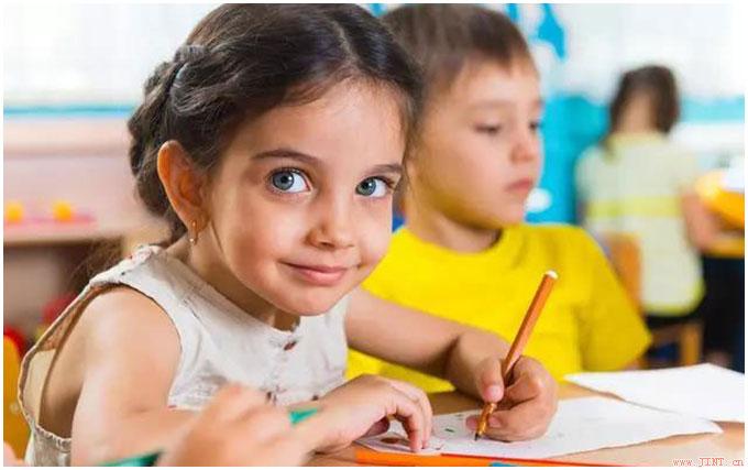 """凡能轻松完成""""一心两用""""训练的孩子,反过来需要注意力集中时,往往坚持的时间更长,大脑反应较快,身体各部位动作较协调,记忆力较强,也更富创造性。"""