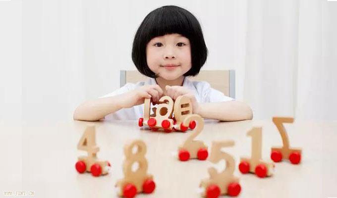 为孩子提供一些色彩鲜明、形象具体的材料,最好材料能够吸引孩子的兴  趣和注意力,从而达到促进记忆的目的。