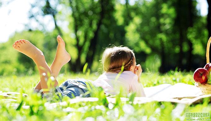 在儿童具备纯熟的阅读能力之前£¬至少会经历大约四个截然不同的阶段¡£