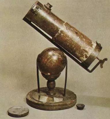 牛顿发明的第一架反射望远镜