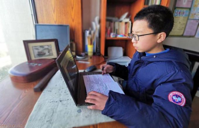 儿子的阅读能力和写作水平很差,每次都被老师点名批评