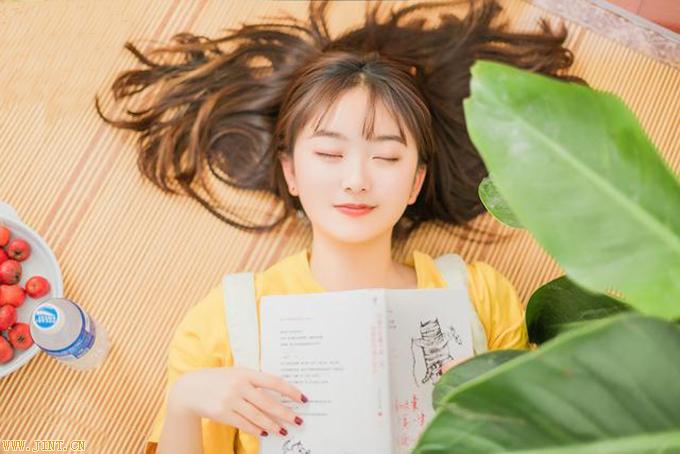。对我来说,一个完美的午后就是:夏日坐在树荫下面,酣读一本书